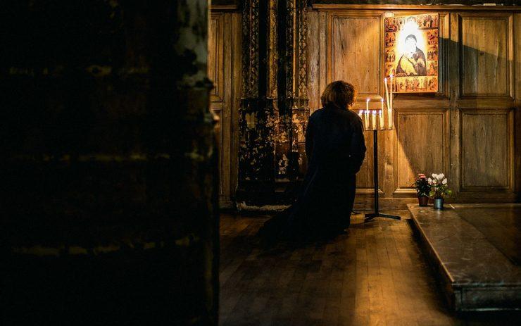 Ω Κύριε μη μας εγκαταλείπεις προσεύχεσαι