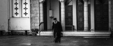 χέρι του ιερέα νεαρός ιερέας