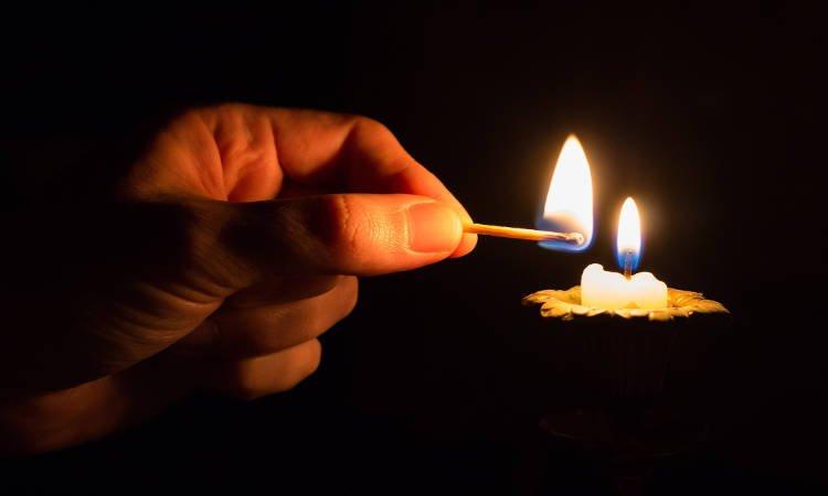 Προσευχή όταν ανάβουμε κανδήλι ή κερί στο σπίτι μας