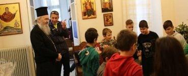 Παραδοσιακά κάλαντα από μαθητές Γυμνασίου και Δημοτικού στον Ναυπάκτου Ιερόθεο