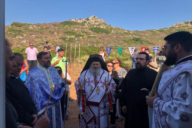 Πλήθος πιστών στη νησίδα Θοδωρού Χανίων (ΦΩΤΟ)