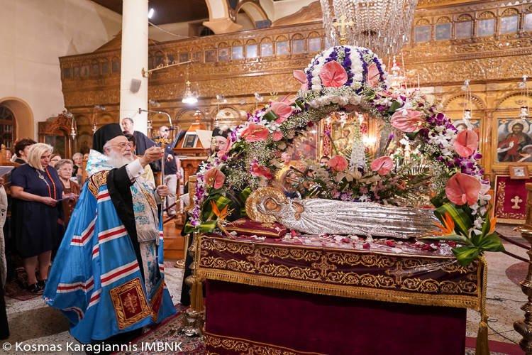 Με λαμπρότητα ο Επιτάφιος της Παναγίας στη Νάουσα (ΦΩΤΟ)