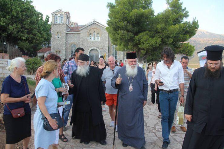Ο Αρχιεπίσκοπος στα Τριζόνια Φωκίδος (ΦΩΤΟ)