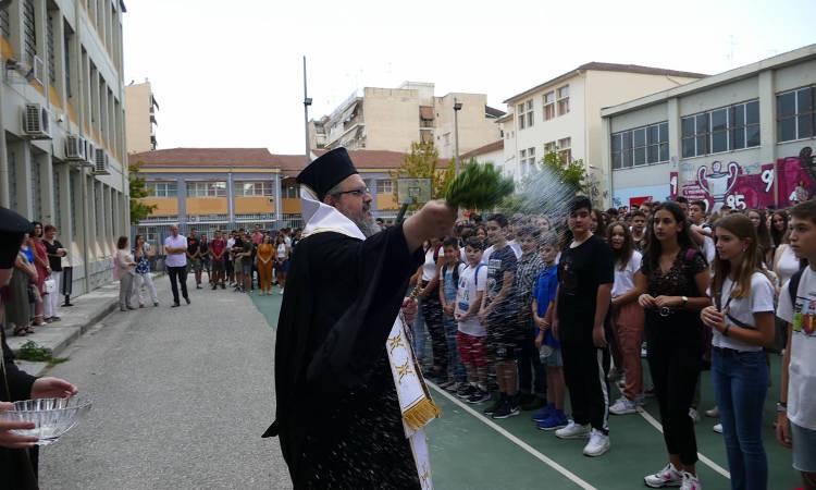 Αγιασμούς σε σχολεία Λάρισας και Τυρνάβου από τον Μητροπολίτη Λαρίσης