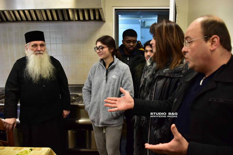 Αμερικανοί φοιτητές μαγείρεψαν στο συσσίτιο της Ευαγγελίστριας Ναυπλίου (ΦΩΤΟ)