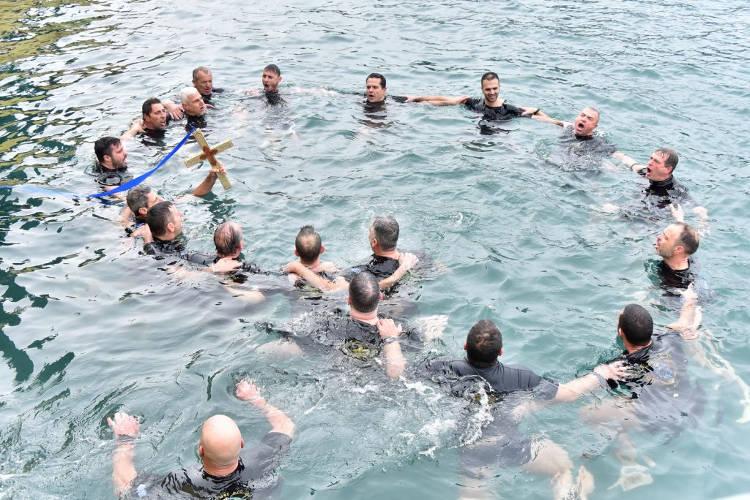 Με λαμπρότητα τα Θεοφάνεια στο λιμάνι του Πειραιά