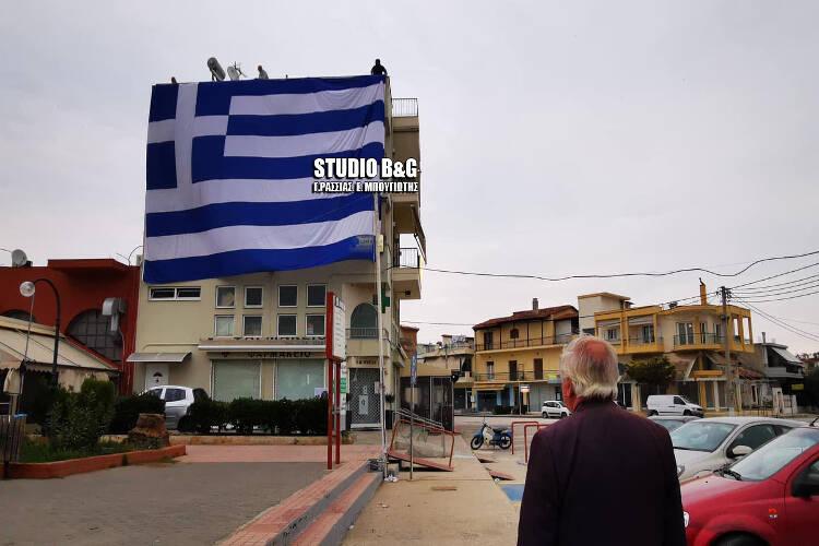 Τεράστια ελληνική σημαία σκόρπισε ρίγη συγκίνησης (ΒΙΝΤΕΟ)