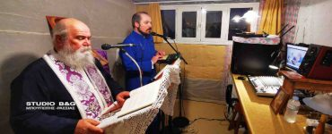 Δύο Ιερείς τελούν Ακολουθίες μέσα από στούντιο στο σπίτι τους στη Νέα Κίο