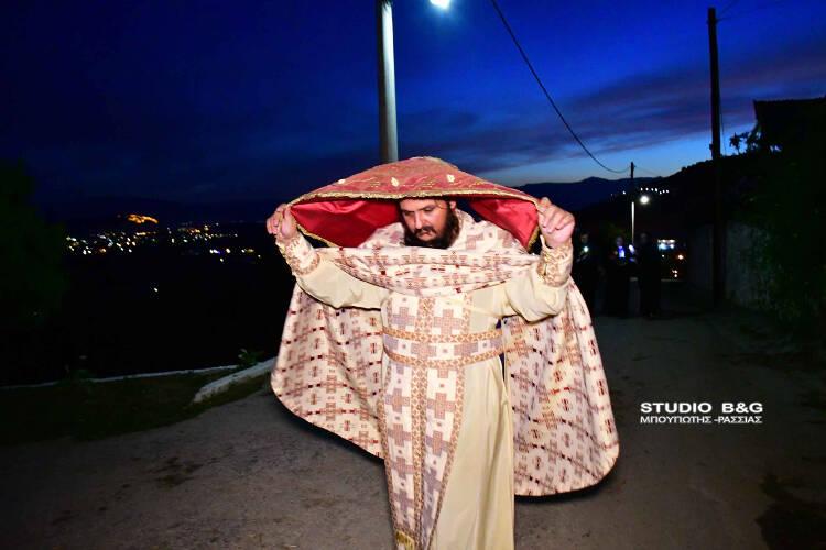 Ιερέας περιέφερε μόνος του τον Επιτάφιο σε όλο το χωριό (ΦΩΤΟ)
