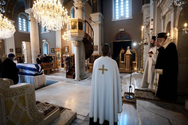 Ο Αρχιεπίσκοπος στην εξόδιο ακολουθία του Μανώλη Γλέζου