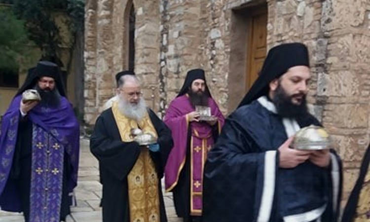 Λιτάνευση ιερών Λειψάνων για τον κορωνοϊό στη Μονή Πετράκη