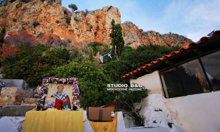 Γιορτάζει το γραφικό εκκλησάκι του Αγίου Νικολάου στην παραλία Καραθώνας (ΦΩΤΟ)