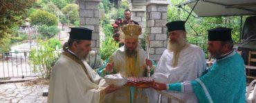Θεία Λειτουργία στον Ιερό Ναό Αγίου Νικολάου Καρυάς