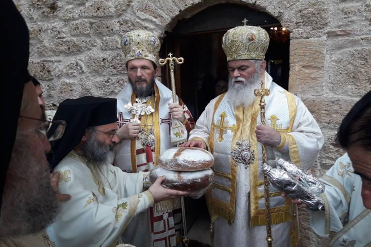 Πλήθος πιστών κατέκλυσε το προσκύνημα του Οσίου Λεοντίου