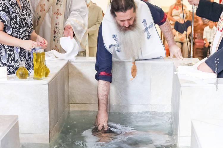 Ομαδικές βαπτίσεις από τον Μητροπολίτη Φθιώτιδος (ΦΩΤΟ)