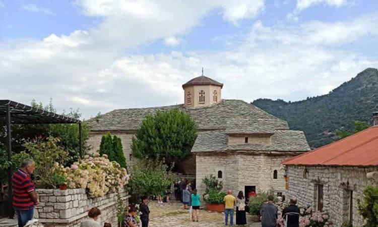 Θεία Λειτουργία στην Ιερά Μονή Παναγίας Σπηλιάς (ΦΩΤΟ)
