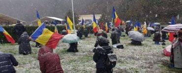 Ρουμανία: Γονατιστοί μέσα στο χιόνι για τον Άγιο Ανδρέα (ΦΩΤΟ)