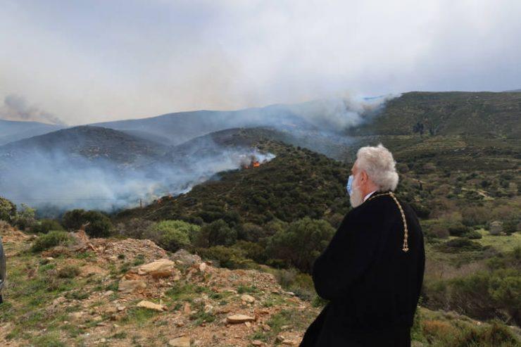 Επίσκεψη του Μητροπολίτου Σύρου στις πληττόμενες από την πυρκαγιά περιοχές της Άνδρου