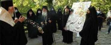 Η ιστορική υποδοχή της νέας ιεράς εικόνας στην Ιερά Μονή Παναγίας Βαρνακόβης Ανακοίνωση της Ιεράς Μονής Παναγίας Βαρνακόβης για σκανδαλιστικά δημοσιεύματα